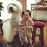 Elle immortalise l'adorable complicité entre sa petite-fille et son caniche géant (Photos)