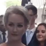 Les invités sont sans voix quand ils voient avec qui la mariée a choisi de marcher vers l'autel