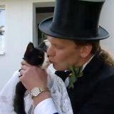 Un Allemand épouse sa chatte obèse