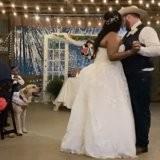 Les mariés dansent au milieu de la piste, soudain le chien se lève et tout le monde retient son souffle (vidéo)