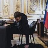"""Cette """"photo volée"""" d'Emmanuel Macron et de son chien Nemo fait fondre les Internautes"""
