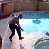 Dos à la piscine, il entend un bruit sourd dans l'eau et réagit quelques secondes avant le drame (vidéo)