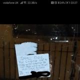Le livreur arrive devant une maison : un mot sur le portail lui noue l'estomac