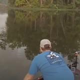 """Ils partent pêcher et entendent un gros """"splash"""" : ce qu'ils voient dans l'eau leur arrache un cri !"""