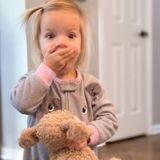 Après avoir oublié son chien en peluche dans un hôtel, cette petite fille a eu droit à une très belle surprise !