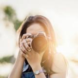 Séance photo en famille : elle lâche son appareil photo et pousse un cri en voyant ce qu'il y a en arrière-plan