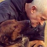 Un policier prend sa retraite ; Internet se mobilise pour lui permettre d'emmener son chien !