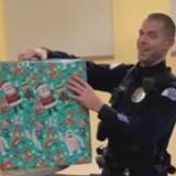 Le policier ouvre un énorme paquet cadeau : ce qu'il y a dedans le fait exploser en sanglots
