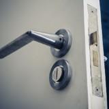 Les cambrioleurs ouvrent la porte d'une maison : une ombre se dresse devant eux et ils partent en courant !