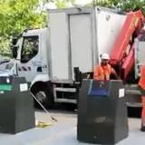 Bruits bizarres dans une poubelle enterrée : un passant colle son oreille et est horrifié par ce qu'il découvre