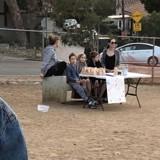 Angelina Jolie et ses enfants vendent des friandises pour chien dans un parc pour la bonne cause