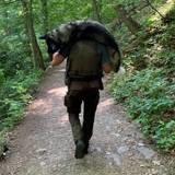 Son chien prend un coup de chaleur en randonnée, il panique et une ombre apparait au bout du chemin