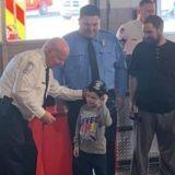 Incendie dans la maison familiale : le petit garçon de 5 ans risque sa vie pour sauver son chien et sa famille