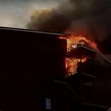 Il veut sauver son chien de sa maison en flammes... et en ressort menotté