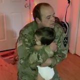A son retour, ce papa militaire s'apprête à prendre son bébé dans ses bras : le chien fonce sur lui et...