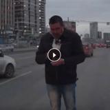 En plein embouteillage, il sauve un chaton d'une mort certaine