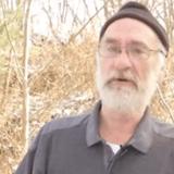 Cet homme s'est donné pour mission qu'un chaton tout juste adopté retrouve ses propriétaires pour Noël