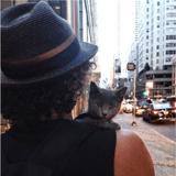 Cet homme devient le papa d'un chat qui passe son temps sur son épaule, deux ans plus tard...
