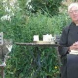 Le chat s'approche du prêtre et fait l'impensable !