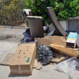 Elle trouve une étrange boite jetée aux ordures : en l'ouvrant, son coeur se brise en mille morceaux