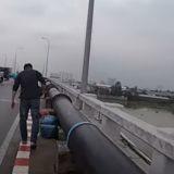Quand il traverse le pont sous une pluie battante, il aperçoit un sac et a le souffle coupé