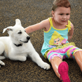 Amputée des deux pieds, une petite fille retrouve le sourire grâce à un chiot à une patte