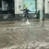 Il voit une « créature » encerclée par les eaux, fonce et devient un héros (Vidéo)
