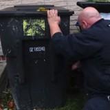 Il sauve un chien caché derrière une poubelle, puis il entend un bruit, tend la main et sent quelque chose