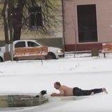 Un passant se déshabille et se jette dans l'eau glacée pour sauver un chien