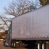 Cris de souffrance près d'un camion : ce qu'il découvre sous les pneus le glace de terreur