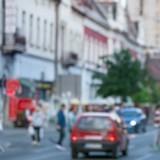Sur la route, elle voit une voiture rouler très doucement : en s'approchant, elle panique et appelle au secours !