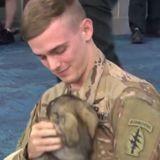 Ce soldat est fou de joie lorsqu'il est enfin réuni avec le chien qu'il a sauvé en Syrie (vidéo)