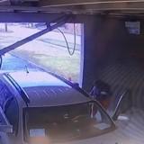 La voiture s'arrête au lavage auto et la dame jette quelque chose : la police est sous le choc