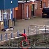 Un homme sauve un chat de la noyade dans la Tamise à Londres