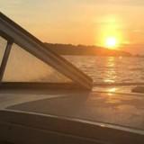 En bateau, il voit quelque chose flotter dans l'eau : quand il s'approche il comprend l'urgence