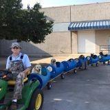 Cet octogénaire a inventé le train pour chiens abandonnés !