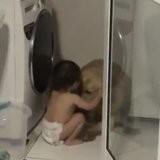 Le chien se met à hurler de terreur à cause de l'orage, ce que fait le bébé scotche tout le monde (vidéo)