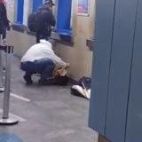 Il entre dans le métro et voit un chien qui lui brise le cœur, son geste émeut des milliers de gens (vidéo)