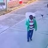 Vendeur de rue suivi par 2 chiens errants : ce que filme la caméra de sécurité est bouleversant
