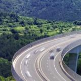 Sur l'autoroute, il voit un homme lancer quelque chose dans le vide : la vérité est d'une rare cruauté