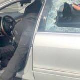 Il voit les policiers briser la vitre de sa voiture : il court vers le véhicule et comprend son erreur