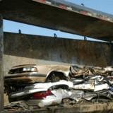 La voiture va être détruite à la casse : à la dernière seconde, quelqu'un regarde sous le siège et hurle !