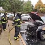 La voiture à côté de lui prend feu, quand il voit ce qui est à l'intérieur il n'hésite pas une seule seconde (vidéo)