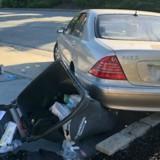 Un grand « boum » retentit dans la rue : ils regardent à l'intérieur de la Mercedes et ont un choc