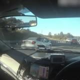 Sur l'autoroute la police met les gyrophares quand elle comprend ce qui se passe dans cette voiture