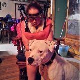 Sa ville veut lui enlever son Pitbull. Aidez cette petite fille handicapée à garder son chien !
