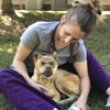 La vétérinaire rampe dans la cage d'un chien, ce qu'elle fait a ému tout le monde