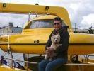 un chien navigue avec son maître à bord d'un sous marin