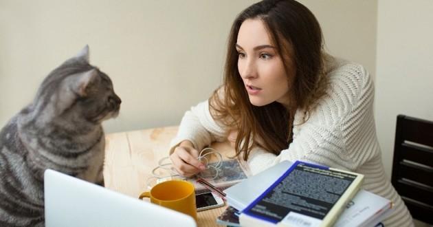 femme qui parle à son chat