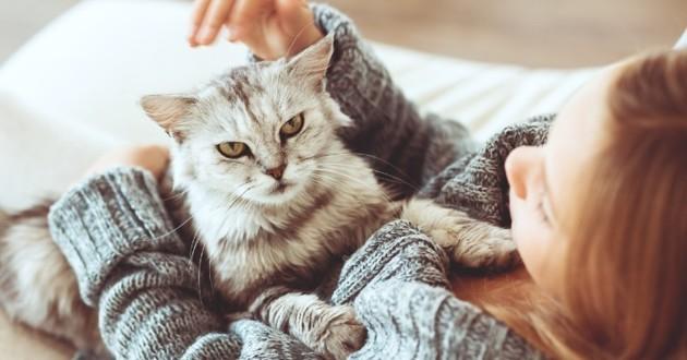 Femme qui caresse son chat